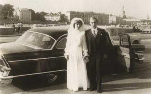 1983 г. Владимир Путин прави предложение на Людмила и три месеца по-късно те се женят