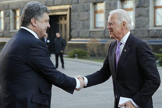 Президентът на Украйна Петро Порошенко и вицепрезидентът на САЩ Джо Байдън, който присъстваше на събитието, но в крайна сметка реши да не излиза от колата си. © БГНЕС