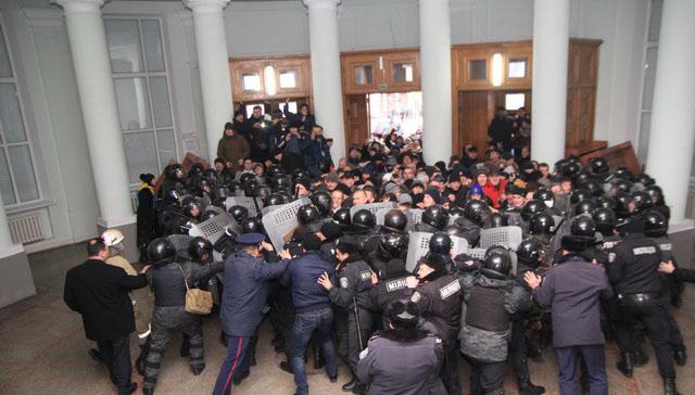 Активисти в Западна Украйна: Това не е нашият президент!