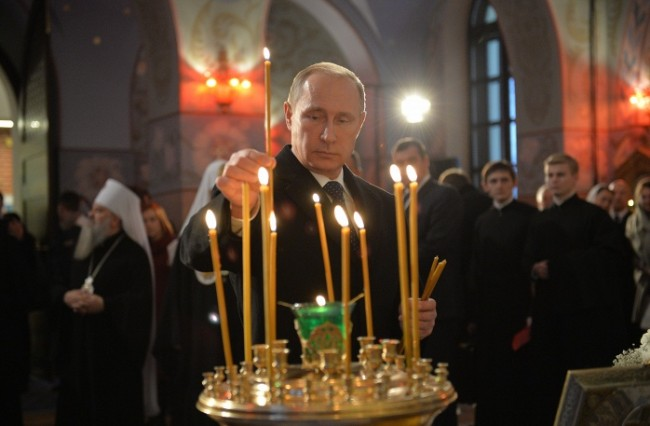 Путин се помоли в реставрирания храм край Петербург