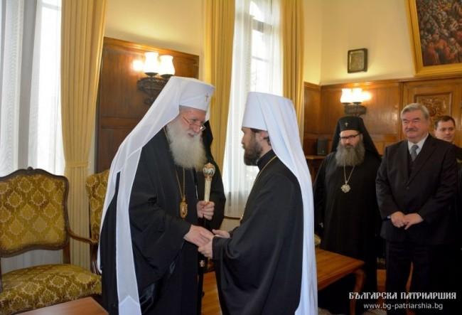 """Българският патриарх Неофит връчи орден """"Св. св. Кирил и Методий"""" – І ст. на Волоколамски митр. Иларион"""