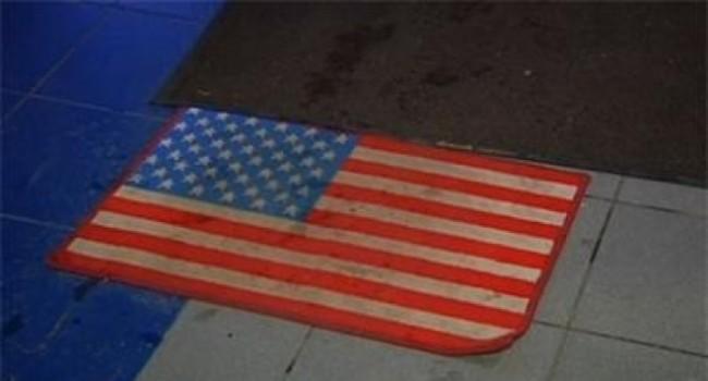 Търговски център в Москва сложи изтривалка с американското знаме