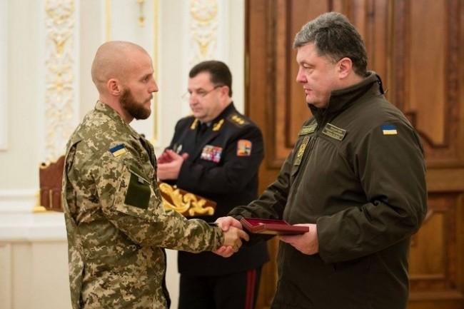 Президентът Петро Порошенко даде украинско гражданство и награди крайнодесен радикал от Беларус