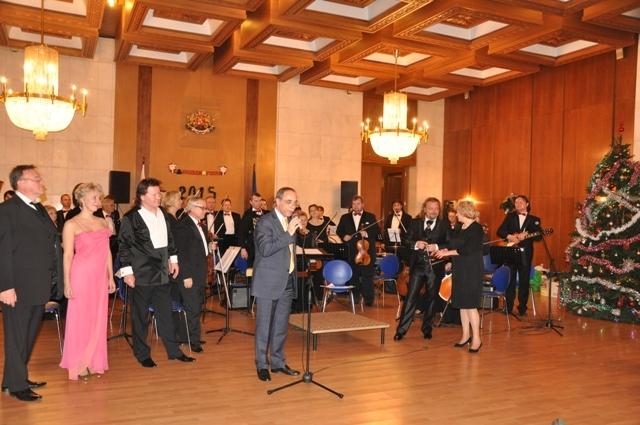 Посланикът на България в Русия Бойко Коцев приветства гостите на традиционния коледен бал в българското посолство в Москва, който се проведе за 12 път.
