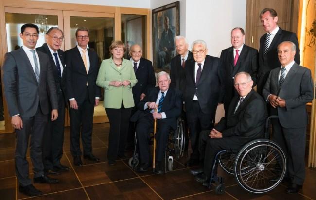 На снимката Кисинджър с кабинета на Ангела Меркел през 2013 г/ Фото REUTERS
