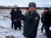 В мрежата се появи запис на Порошенко, стрелящ с автомат (Видео)