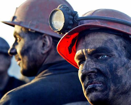 Около 500 миньори са блокирани под земята в Източна Украйна