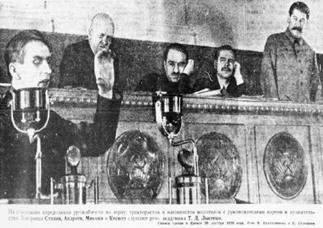 1935 г. Кремъл. Изказва се Трофим Лисенко, Сталин слуша. Снимка от открити източници