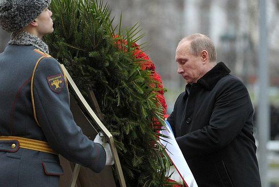 Путин поднесе венец пред Вечния огън на Червения площад