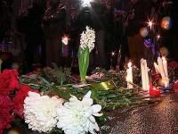 Московчани носят цветя и свещи на мястото на убийството на Борис Немцов