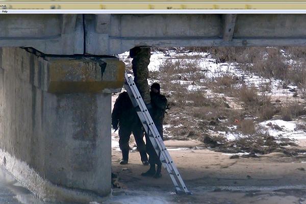 Украински военни минират мостове на границата с Крим (видео)