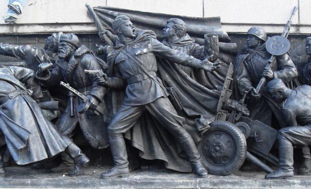 """""""Червена сила"""" пази паметника на Съветската армия"""