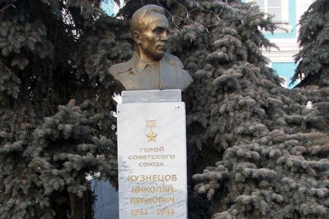 В Украйна свалиха паметника на легендарния съветски разузнавач Николай Кузнецов