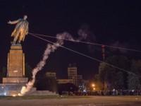 Вандали рушат паметници на Ленин в Украйна