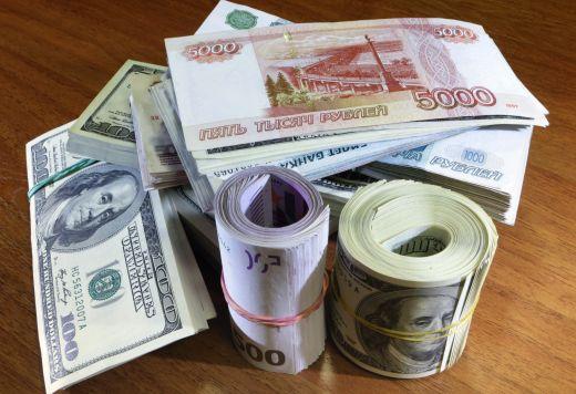 Доларът и еврото паднаха рекордно спрямо рублата