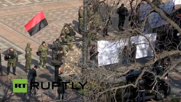 """""""Десен сектор"""" щурмува сградата на парламента"""