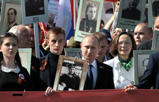 """Путин с портрет на баща си-фронтовак се присъедини към шествието """"Безсмъртният полк"""""""