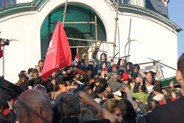Свещеници масово напускат Украйна