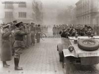 Посрещане на Българската армия - генерал Владимир Стойчев приветства войските, на преден план Кюбелваген, предшественик на Фолксваген, София 1945г.