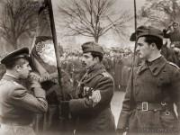 Посрещане на Българската армия - генерал Владимир Стойчев целува полковото знаме, София 1945г.
