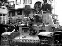 Български танкисти с танк Skoda LT vz.35 се завръщат от фронта в София, 1945 г.