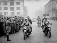 Генерал Владимир Стойчев посреща частите на Първа българска армия, завърнала се от фронта, след Страцин, първа фаза, София, 1945 г.