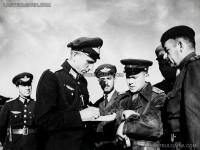 Български и съветски офицери обсъждат бойни задачи за авиацията. На преден план полк. Георги Дреников, изпълняващ длъжността Командир на Въздушни войски от 9 септември до 23 октомври 1944 г. II-ра фаза на Втората световна война, 1944 г.