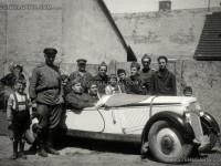 Български и съветски офицери с немски автомобил Адлер Трумпф Кабриолет (Adler Trumph Junior Cabriolet), Унгария или Австрия, 1945 г.