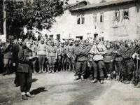 Партизанка чете прокламация пред партизани и войници, Кочериново, 9 септември 1944 г.