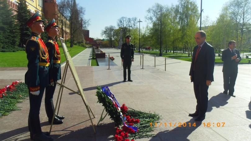 В навечерието на 70-та годишнина от победата над фашизма посланикът на България в Русия Бойко Коцев заедно с останалите посланици от страните членки на ЕС в Москва поднесе цветя пред Паметника на Незнайния войн в Москва
