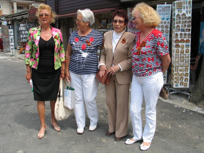 Руски гражданки, живеещи в Несебър, заедно със своя българска приятелка, позират с георгиевски лентички в Деня на победата