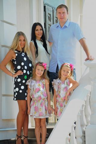 Тарас Хтей със супруга Яна и трите им  дъщери