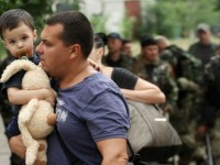 Евакуират жителите на Мариинка