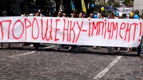Масови протести в центъра на Киев – искат оставката на Порошенко