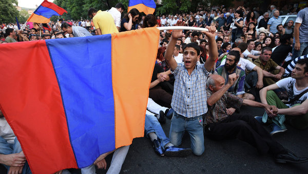 Робъртс: Чрез протестите в Армения САЩ се прокрадват към Москва