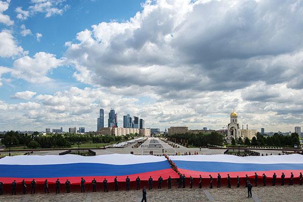 На Поклонная гора в Москва разгърнаха най-голямото руско знаме