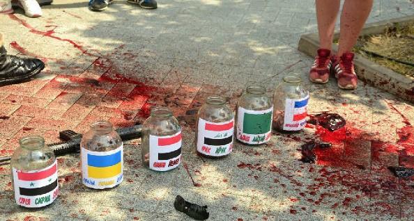 Протестиращи замеряха американското посолство в Киев с окървавено месо