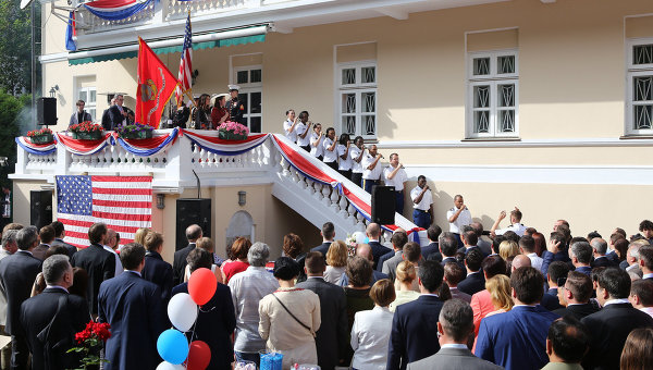 Посланикът на САЩ в Украйна се появи пред публика с украинска носия в цветовете на американското знаме