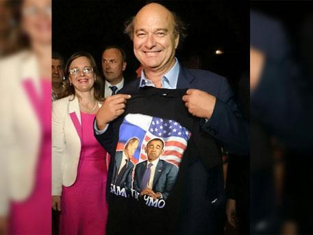 """Френски сенатор облече тениска с надпис """"Обама, ти си гадняр"""" в Крим"""