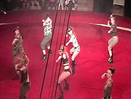Адско шоу: Киевският цирк показа на децата еротично-патриотично представление
