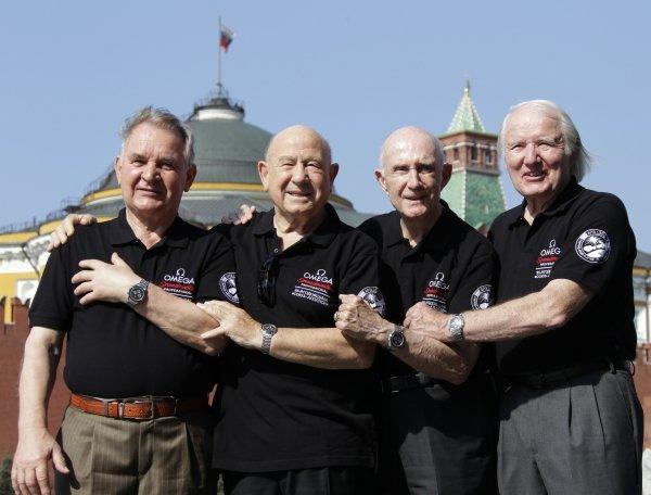 """Екипажът на """"Союз-Аполо"""" на Червения площад 35 година след полета.От ляво на дясно - Валери Kубасов, Алексей Леонов, Том Стафорд и Венс Бренд"""