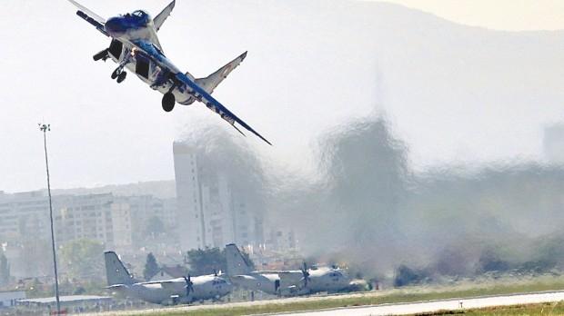 """София, 11 октомври 2014 година, авиошоу над база Враждебна. Представени са фигури от висшия пилотаж с изтребители МиГ-29. Министърът на отбраната, който съзира """"руска заплаха"""" за България, препоръчва да ги заменим с американски Ф-16."""