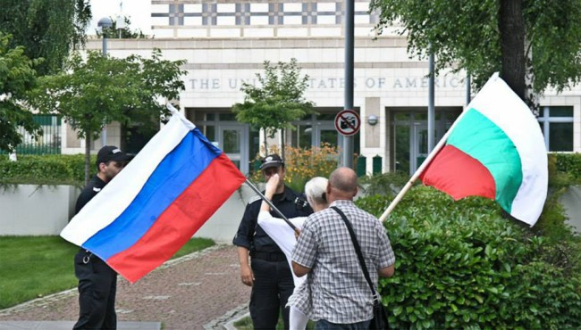 """Пред посолството на САЩ в София се проведе акция """"България за мир"""""""