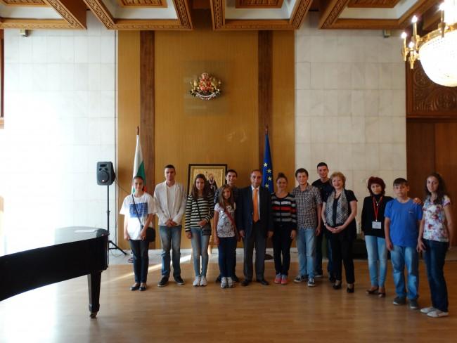 Посланик Коцев и българските ученици,победители в конкурса