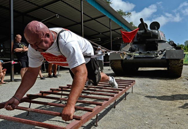 Руски силач помести танк