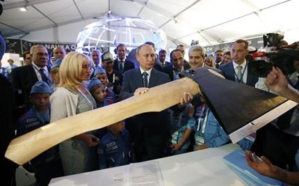 """Владимир Путин разгледа """"летяща брадва"""" на авиационно изложение в Русия"""