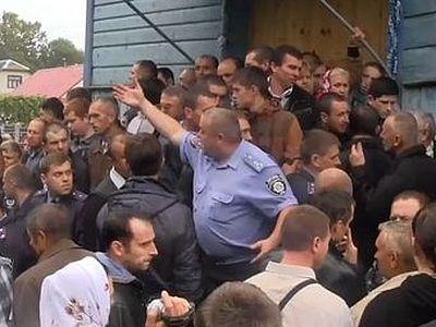 Разколници пребиха вярващи и превзеха храм в Украйна