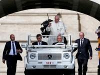 """Папата: Бежанската криза е поради поклонничество пред """"бога на парите"""""""
