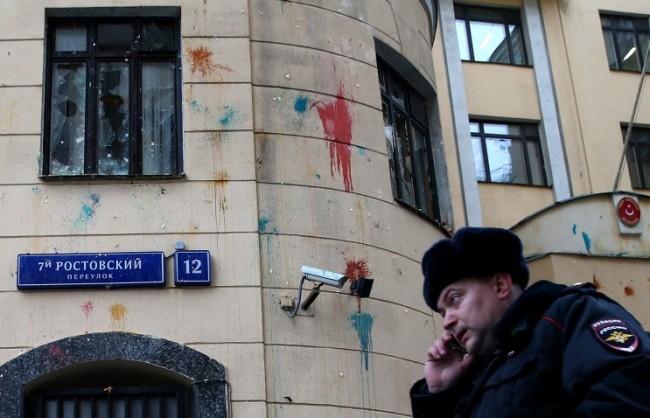 Протест пред турското посолство в Москва: Московчани замеряли сградата с камъни, яйца, домати и боя