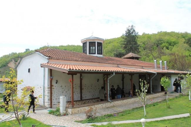 Стягат къщи за гости заради бум на миряни в храма на Преподобна Стойна